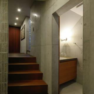 4段下がった1階寝室前から玄関ホール側を見た写真。この高低差がそのまま階上にも適応される