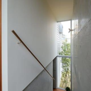 1階と2階を結ぶ階段室。建物の外側に独立して張り出すように設けられている。大きな開口部が、外との繋がりを演出