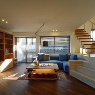 リビングの床材はサーモアッシュ。メーカーからB品を購入して使うことで、上手にコストダウン