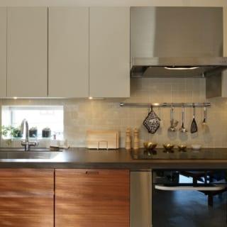 スペースを広くとるため壁側に設置されたキッチン。天板は人工大理石で十分な大きさを確保する