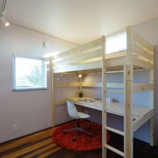 3階の子ども部屋。壁の一つの面は、写真やメモをピンで止められるブルテンボードが貼ってある