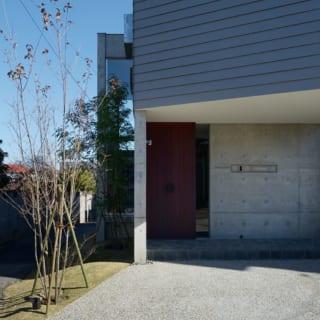 1階は鉄筋コンクリート造、2階以上は木造で外壁はガルバリウム。玄関扉もオリジナルで製作
