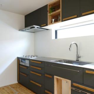 キッチンはオリジナル。シンク下にはポリ袋を下げるスペースがあり、ゴミ箱がわりに使えて便利