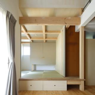 1階の和室の引き戸を開け放した状態。和室は床を一段高くし、床下には収納を設けてスペースを有効活用
