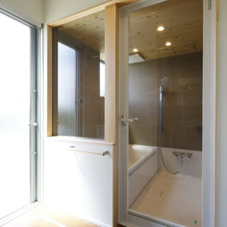 洗濯機置場も兼ねる1階の脱衣室は、上部に物干しをつけた。外へ出る勝手口もあるので洗濯の家事動線がよい