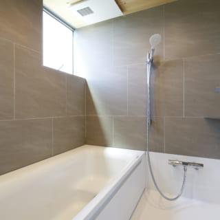 バスルームはハーフユニット。天井にヒバの木、壁の一部にタイルを取り入れており、高級感がある