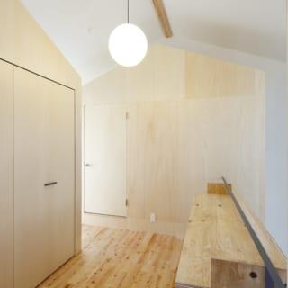 2階廊下。左がウォークスルークローゼット、奥が仕事スペース。いずれも三角屋根の「おうち」がモチーフ