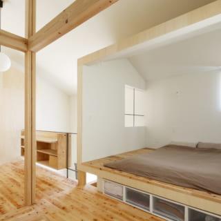 2階寝室。第2のリビング側は間仕切りがなく、そのほかの壁も窓があって開放的な印象。それでいて適度にこもった感じもあるので落ち着ける。収納は床下にあり、すっきりと暮らせる
