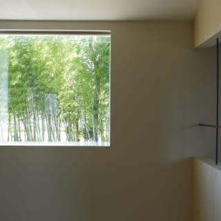 吹抜け上部の窓。ここから入る自然光は1階にも広がり、家全体がとても明るい。2階の廊下から見ると、向かいにある竹林を絵画のように楽しめるピクチャーウインドーとしての役割も果たしている