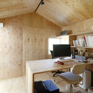 2階の仕事スペース。ここは、外から見たときに「くっついているように見える小さな家」の内部に当たる。写真左の掃き出し窓の先はルーフバルコニー。壁も木なので、どことなく秘密基地のようで大人もワクワクする空間