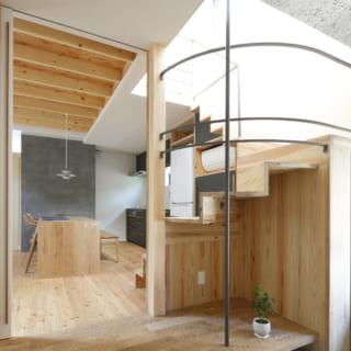 土間の天井(写真右上部)は表情豊かな木毛セメント板。土間を上がってすぐの床は、なぐり加工のオーク材
