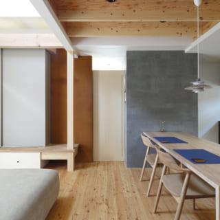 和室を閉めた状態のLDK。視線が抜けるよう、中央の引き戸は上部を開けてガラスをはめてある。和紙の引き戸の薄いグレー、壁の鉄さびシートの赤み、引き戸のベージュ、壁のセメントボードのダークグレーまで、独自のセンスで色合いと素材感のバランスを取り空間をまとめている