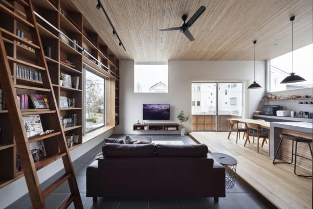 高い天井や大きな窓がもたらす開放感、木のぬくもりがもたらす落ち着きが心地よいリビング。天井はLVLという構造用集成材を用いることで、独特の質感がインテリアに趣を添えている