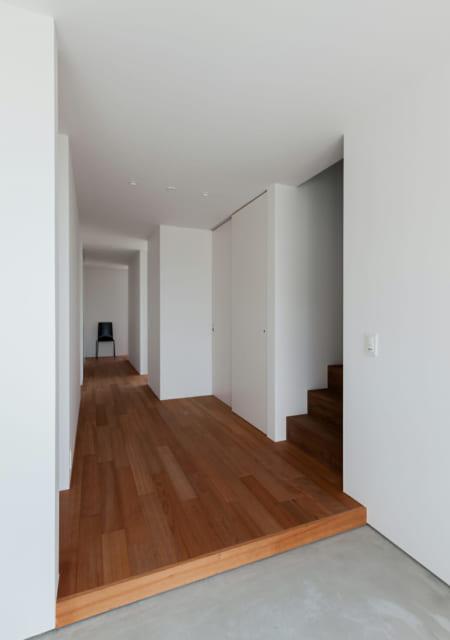 玄関より。1階は個室が3室と水回り、トイレがある。一般的な住宅よりも低めの天井高だが、特に圧迫感は感じない