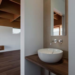 階段を上がった2階ホールにトイレと洗面が。LDKをなるべく広くとるためトイレや洗面は隙間スペースを上手く活用した