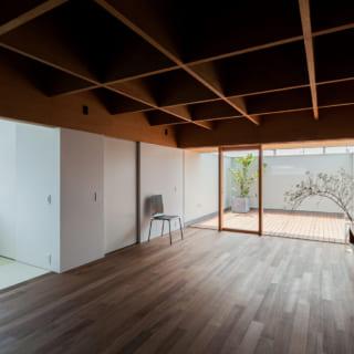 テレビボードは壁付け。テレビや音響の配線は壁の中に収め、天井にも配線を通すための配管をあらかじめ設けた