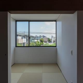 LDKの横には、フチなし琉球畳の3畳の和室がある。引き戸で締め切ることもできるため、気軽にごろりと寝転べる