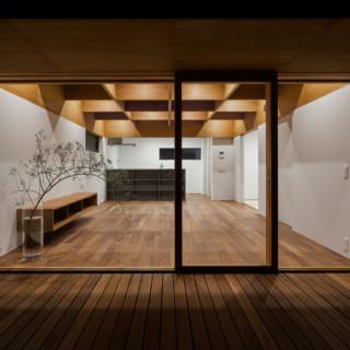 ルーフテラスから見たLDK。調光式のダウンライトが格子状の天井内に収められている。キッチンを覆う飾り棚も設計製作