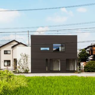 白と黒の外観。白はモルタルの外壁を塗装、黒はガルバリウムだ。外構は施主がDIYで木製フェンスを制作する予定だとか