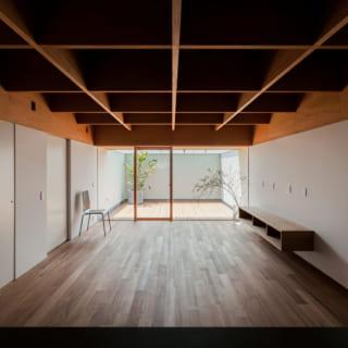 テラスまで伸びやかに広がるゆとりのあるLDK。和室や玄関ホールの引き戸を閉め切れるので、冷暖房などの効率もいい