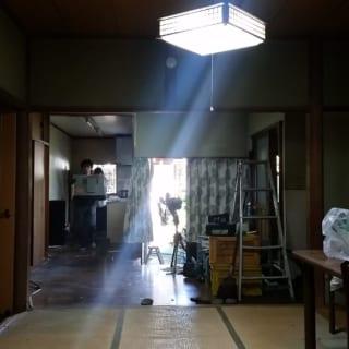 リノベーション前のS邸。正面の窓が明るいことからわかるように、昼間から電灯が必要なほど室内は暗い