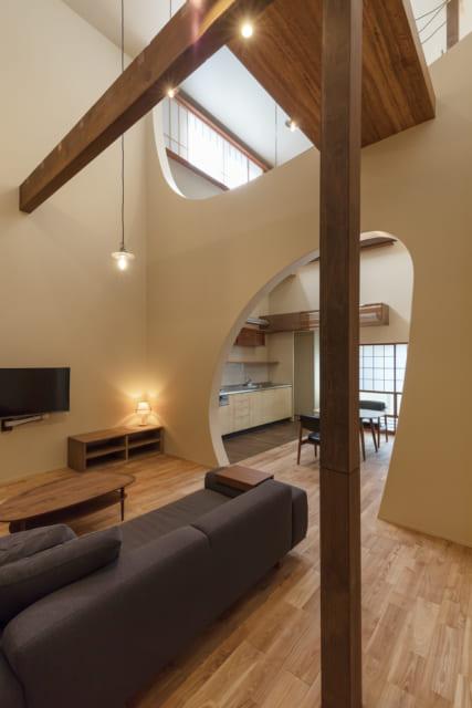 家の東西を横切る曲線の壁には、すべて筋交いを入れ構造的に補強。耐震性も高まった。