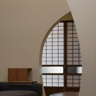 開口の大きさ、位置、角度をそれぞれ計算した緩やかな曲線を持つ壁で、有機的なやさしさがある空間に