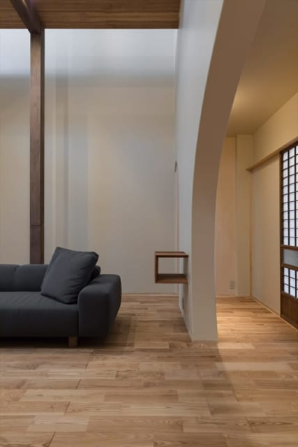 壁を利用し、玄関から見えにくい位置にソファーを置いた。視線も遮られ、リビングのプライバシー性は高い