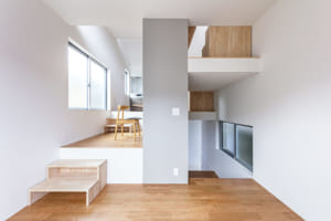 狭小地で8つの豊かな住空間。 開放感と快適さを生む「踊り場」の活かし方