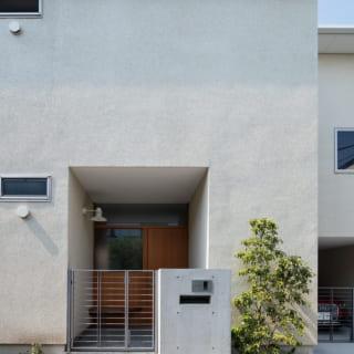 玄関は道路から少し奥まった造り。植栽計画も得意な谷山さんは、この家の植木も施主さまと一緒に選んだ
