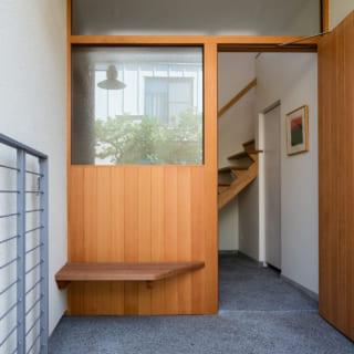 玄関ポーチには買い物袋などを置ける小さなベンチを設置。白いブラケットライトは施主さまのセレクト
