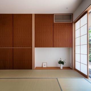 1階の和室。南のデッキに面した明るい空間ながら、凛とした上品な趣もある。来客時に活躍しそうな空間だが、将来の親との同居に備えることも想定している