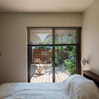 1階の主寝室。一般的に窓は、施工しやすいように部屋の隅と窓の間に少し壁を残して設置することが多い。しかし、「それでは中途半端な空白が気になるから」と、谷山さんは窓の脇の小壁が目立たない図面を描いた。こうした丁寧な設計の積み重ねが居心地のよさを生む