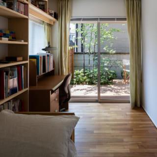 1階の個室は細長いが、家具配置を考慮した設計で使いやすい空間に。正面の主木を一番良く楽しめる場