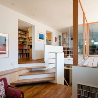 2階リビングから通路を見る。通路の奥は書斎。書斎前の通路沿いにも絵が飾られ、まさにギャラリーのよう