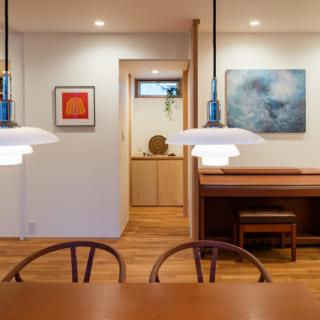 ダイニングで団らんすることが多い施主さまご一家にとって、2階のダイニングは、日々の暮らしの中で長い時間を過ごすスペース。ルイスポールセンのペンダントライト、ハンス・J・ウェグナーのYチェアなど、施主さまお気に入りの照明と家具が上質な心地よさを演出