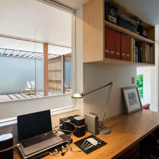 2階の書斎には、施主さまご夫妻それぞれの机がある。正面にデッキが見える配置で視線が抜けながらも、書斎らしいこもった感じもあり、落ち着いてパソコン作業などができる