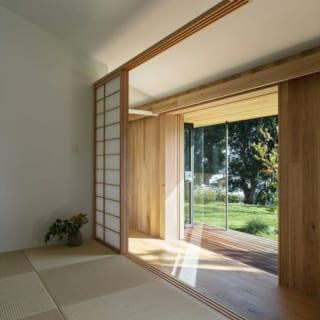 和室。障子を閉めても鴨居の上部に空間のアキがあるため、全体的な室内空間のおおらかさが保たれる