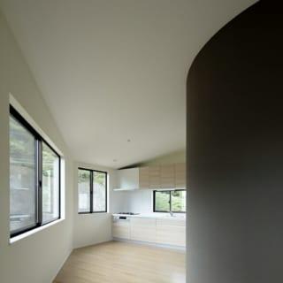 別世帯の2階LDK。こちらも南からたっぷり採光できる明るい空間。曲線の壁の向こうには浴室がある