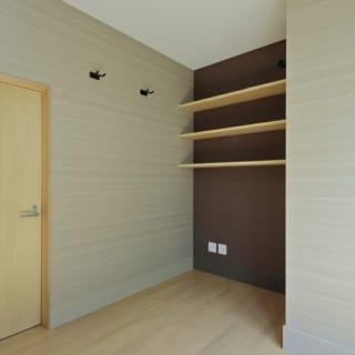 1階バー奥の書斎。ご主人の書斎であり、壁面には趣味のギターを掛けられるようにしている。
