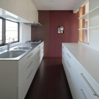 2階キッチンは奥さまの希望で広々とした空間に。清潔感のある白で統一し、モダンな印象