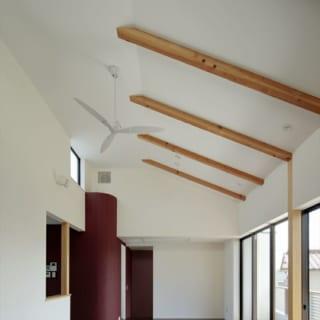 2階LDKは天井の高い開放的な空間。南に大きく取った窓から、明るい自然光が差し込む