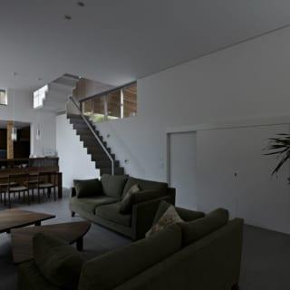 1階LDKのリビングスペースは、メインエントランスを入ってすぐ。邸内のプライベート空間を介さず来客を迎えることができる