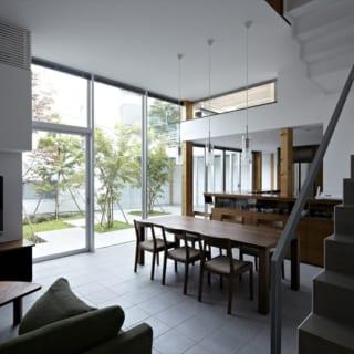 1階LDKのダイニングスペースは、目の前に中庭が広がる特等席。床から天井まで窓枠を大きく取ったビル用サッシを入れてあり、半戸外のような開放感を味わえる