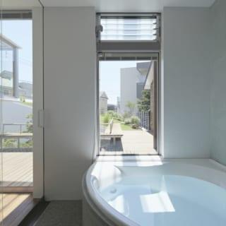 中2階の浴室。内装にこだわり、壁はドイツ製漆喰、床はタイル、浴槽エプロンはトルコの伝統的な左官で装飾