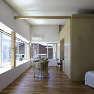 2階の寝室も、燦々と光が差し込む明るい空間。窓の外には向かいの屋上庭園の緑が広がる