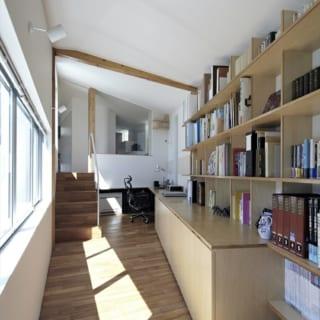 ピアノホールからの階段を上がると、お父さまのための中2階の書斎がある。奥の階段の先は2階の寝室