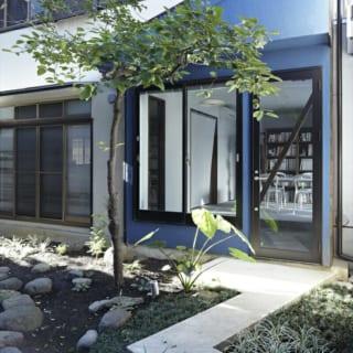 既存住宅の一部を改築した息子さんの仕事場へのエントランスは、長いアプローチを進んだ敷地の奥にある