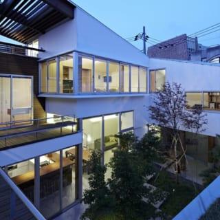 屋上庭園からの眺め。1階~中2階~2階へと住空間がスパイラル状につながり、明かりが灯った夕景も美しい