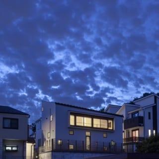 外観夕景。東面の大きな窓のほか、あちこちにバランスよく小窓があり、明かりが灯ると美しい光の箱のよう